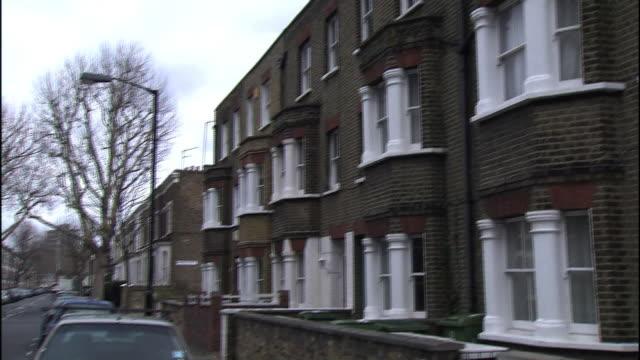 vídeos de stock, filmes e b-roll de apartment buildings with bay windows line a london residential district. - janela saliente