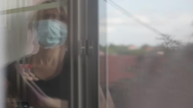 vídeos de stock e filmes b-roll de apartment cleaning - reflexo cabelo pintado