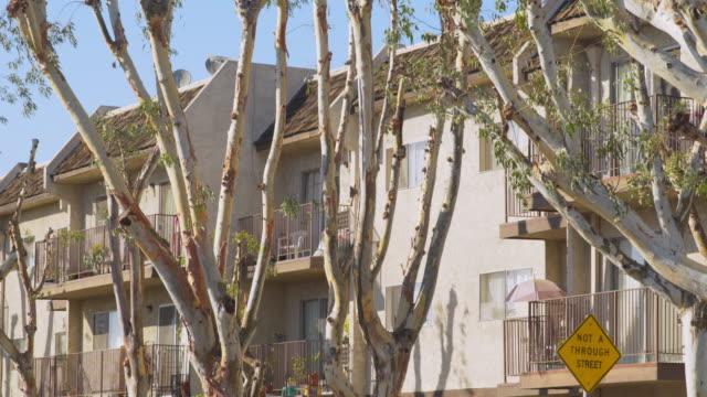 vídeos y material grabado en eventos de stock de apartment complex east los angeles - day - televisión de ultra alta definición