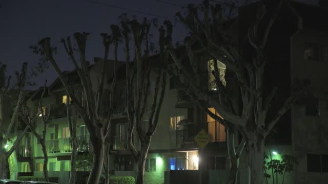 apartment complex east los angeles - night - electric lamp点の映像素材/bロール