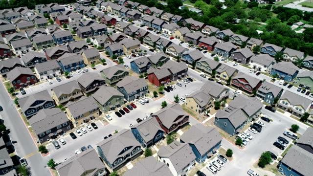 lägenheter condos nya utveckling student housing san marcos, texas färgglada förort levande - kommunalt bostadsområde bildbanksvideor och videomaterial från bakom kulisserna
