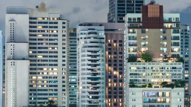 vídeos de stock, filmes e b-roll de apartamentos timelapse à noite - poste