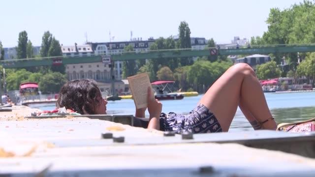 apenas salidos del confinamiento millones de europeos se vieron inmersos el martes en una ola de calor que está afectando al continente desde españa... - europa continente stock videos & royalty-free footage