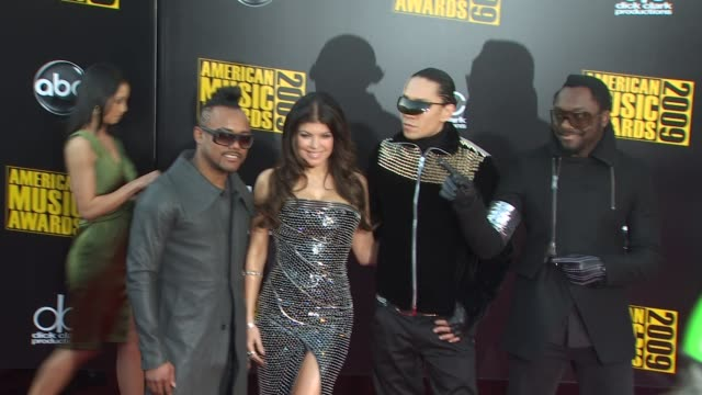 stockvideo's en b-roll-footage met apldeap fergie taboo and william of the black eyed peas at the 2009 american music awards arrivals at los angeles ca - apl.de.ap