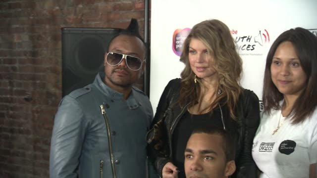 stockvideo's en b-roll-footage met apldeap fergie william and taboo of the black eyed peas with students from the urban arts partnership at the black eyed peas at the peapod adobe... - apl.de.ap