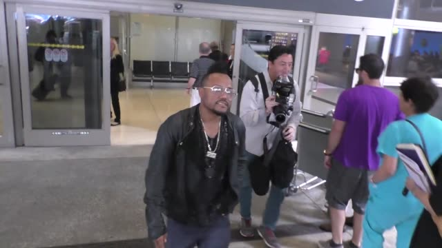 stockvideo's en b-roll-footage met apldeap talks about his time with prince while arriving at lax airport in los angeles celebrity sightings on may 12 2016 in los angeles california - apl.de.ap