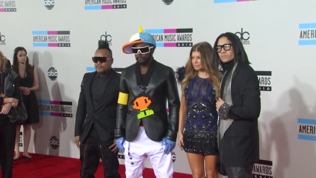 stockvideo's en b-roll-footage met apldeap william fergie and taboo from the musical group black eyed peas at the 2010 american music awards arrivals at los angeles ca - apl.de.ap