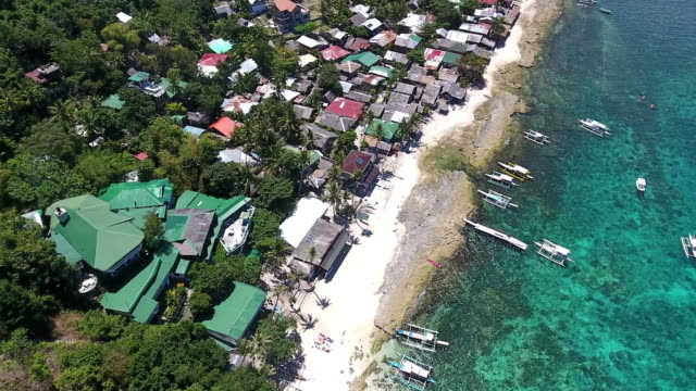 vídeos de stock, filmes e b-roll de vista aérea de ilha de apo - quebra mar