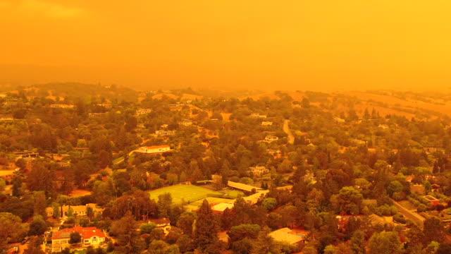 カリフォルニア州とオレゴン州の山火事のため、サンフランシスコベイエリア上の黙示録的なオレンジ色の空09.09.2020 - 気候変動点の映像素材/bロール