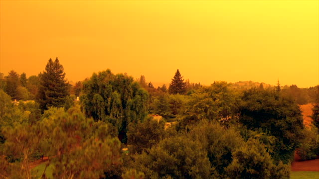 vídeos de stock e filmes b-roll de apocalyptic orange sky over the san francisco bay area on 09.09.2020 due to wildfires in california and oregon - incêndio