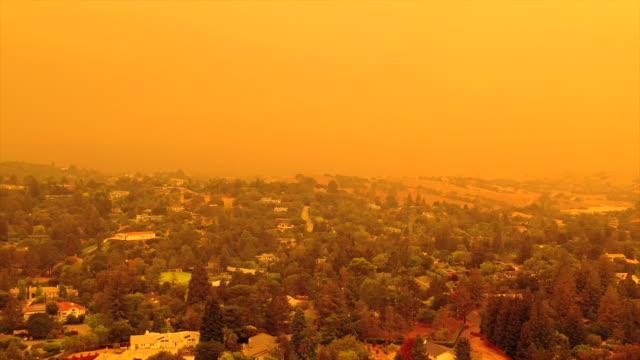 vídeos de stock e filmes b-roll de apocalyptic orange sky over the san francisco bay area on 09.09.2020 due to wildfires in california and oregon - san francisco california