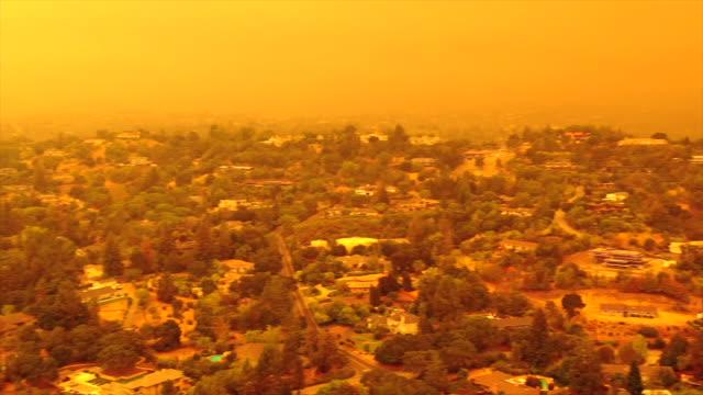 vidéos et rushes de ciel orange apocalyptique au-dessus de la région de la baie de san francisco le 09.09.2020 en raison des feux de forêt en californie et en oregon - san francisco california