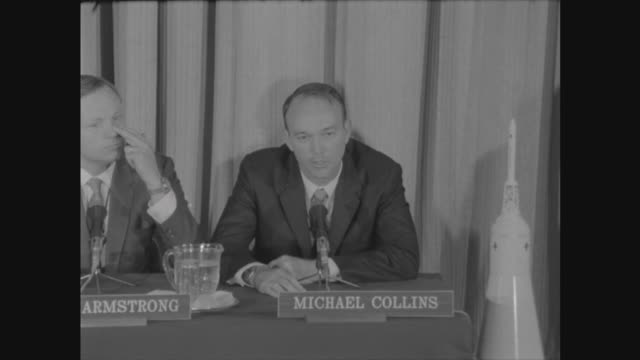 vídeos de stock e filmes b-roll de apollo 11 astronauts visit london; england: london: us embassy: int apollo 11 astronauts buzz aldrin , michael collins and neil armstrong seated at... - sala de imprensa
