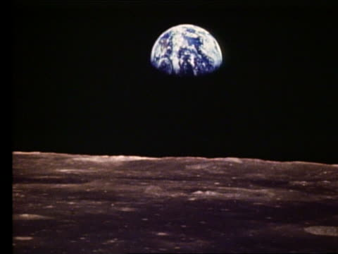 vídeos de stock e filmes b-roll de apollo 11 zoom out + zoom in of earth from the moon - lua