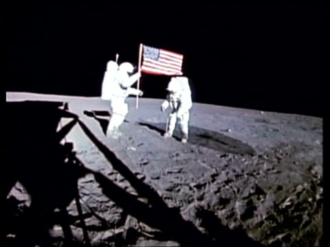 vídeos de stock e filmes b-roll de apollo 14 astronauts shepard and mitchell placing u.s. flag on moon surface - lua