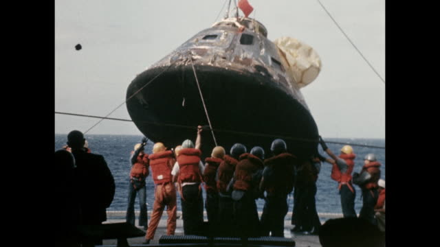 vídeos de stock e filmes b-roll de apollo-11 command module lifted onto the aircraft carrier, uss hornet after landing. sp00251 ss rt: 7:57 wr 07-16-69 sil 35mm the launching of the... - prt