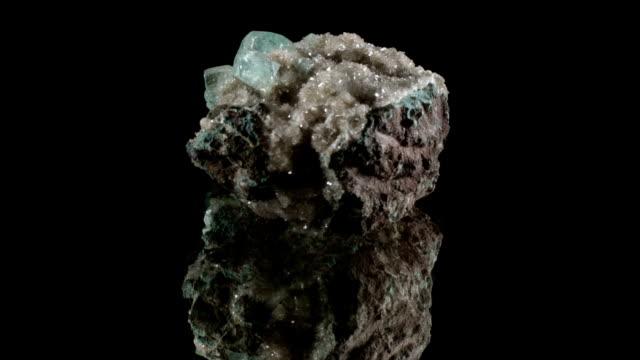 vídeos de stock e filmes b-roll de apophyllit - rotating mineral - sódio