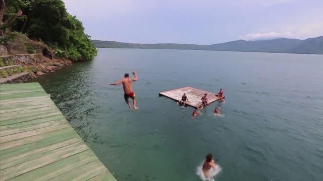 apoyo en nicaragua es una laguna que forma parte de los 12 cuerpos de agua de origen volcanico que se extienden al litoral del oceano pacifico del... - litoral stock videos & royalty-free footage