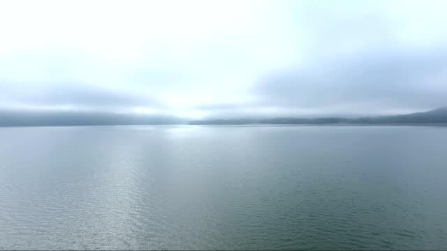 vídeos de stock, filmes e b-roll de névoa de lago dos apalaches no kentucky - forma da água