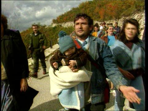 vidéos et rushes de appeal; bosnia herzegovina refugees with possessions along street itn tx 20.10.92tx 13.11.92/c4n - bosnie herzégovine