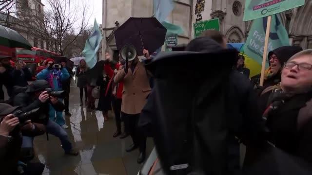 vídeos y material grabado en eventos de stock de appeal court blocks third heathrow runway because of government climate change pledges; england: london: the strand: ext various of environmental... - papier