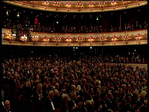 vídeos de stock, filmes e b-roll de applauding audience - teatro de ópera