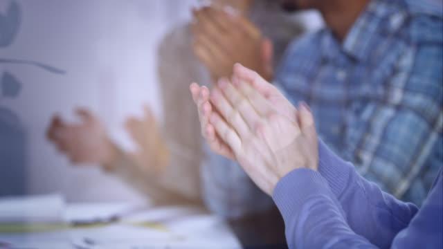 stockvideo's en b-roll-footage met applauding hands at a startup meeting - applaudiseren