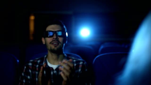 vídeos de stock, filmes e b-roll de aplausos para um grande filme - óculos de terceira dimensão