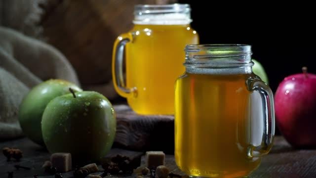 vídeos y material grabado en eventos de stock de sidra de manzana - dolly shot