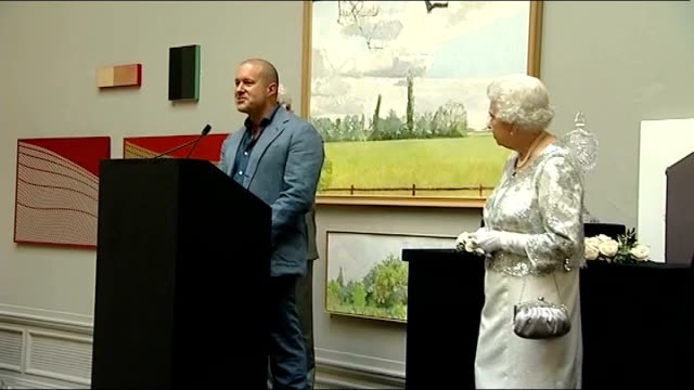 vídeos de stock e filmes b-roll de apple designer jonathan ive receives knighthood; royal academy of arts: int ive speech as queen elizabeth ii stands nearby sot - i am the product of... - royal academy of arts