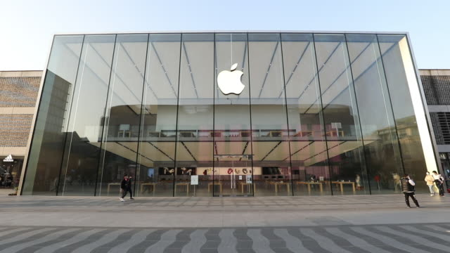 vídeos de stock e filmes b-roll de apple has extended the closures of its stores in china until the end of next week due to coronavirus concerns as reported earlier friday by bloomberg... - símbolo de resíduos biológicos