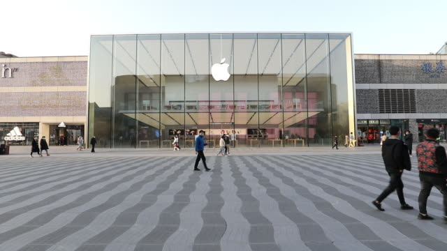 vídeos de stock, filmes e b-roll de apple has extended the closures of its stores in china until the end of next week due to coronavirus concerns, as reported earlier friday by... - símbolo de resíduos biológicos