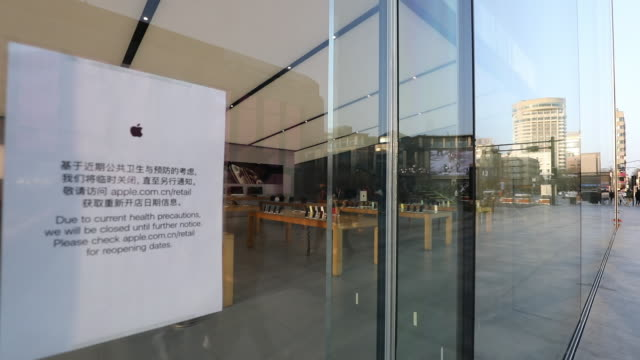 apple has extended the closures of its stores in china until the end of next week due to coronavirus concerns, as reported earlier friday by... - china east asia bildbanksvideor och videomaterial från bakom kulisserna