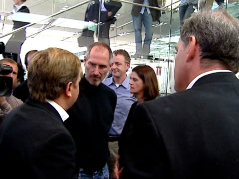 vídeos de stock e filmes b-roll de apple iphone being operated / steve jobs press conference jobs chatting to press and others at launch - 2007
