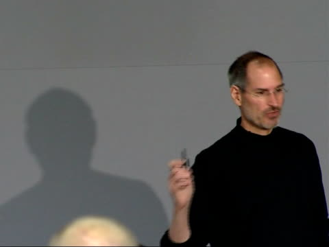 vídeos de stock e filmes b-roll de apple iphone being operated / steve jobs press conference steve jobs press conference sot on uk apple store / on iphone's features providing... - 2007
