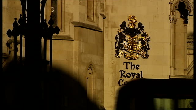 apple lose wireless patent case in germany england london royal courts of justice high court ext exterior gvs of high court reporter to camera - giustizia video stock e b–roll