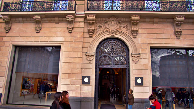 apple store with customers on av. des champs-élysées avenue - entrance sign stock videos & royalty-free footage