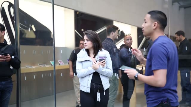 vídeos y material grabado en eventos de stock de apple store's personnels applaud as they open the store for customers who wait to buy new iphone 7 and 7 plus models in front of the apple store in... - plus key