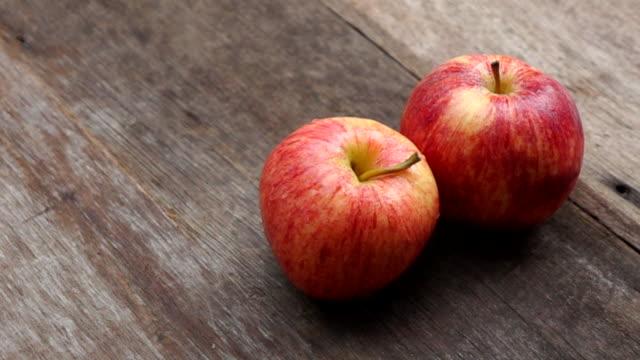 vidéos et rushes de apple tournant le ralenti - pomme