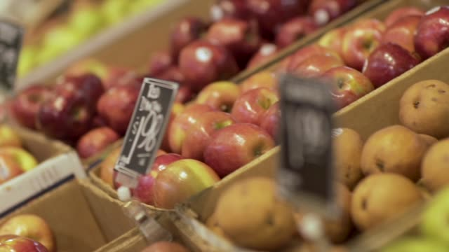 apples and pears in a supermarket produce section - espositore per negozio video stock e b–roll