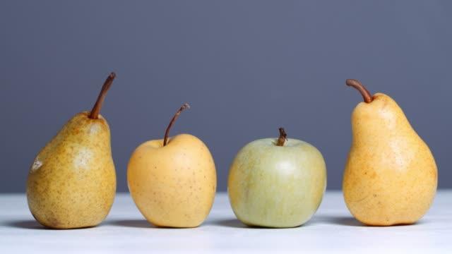 白テーブルにりんごと梨 - 四つ点の映像素材/bロール