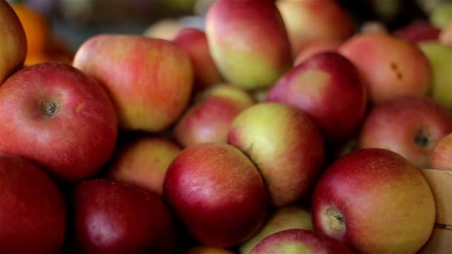 リンゴのマーケット、クローズアップ - 籠点の映像素材/bロール