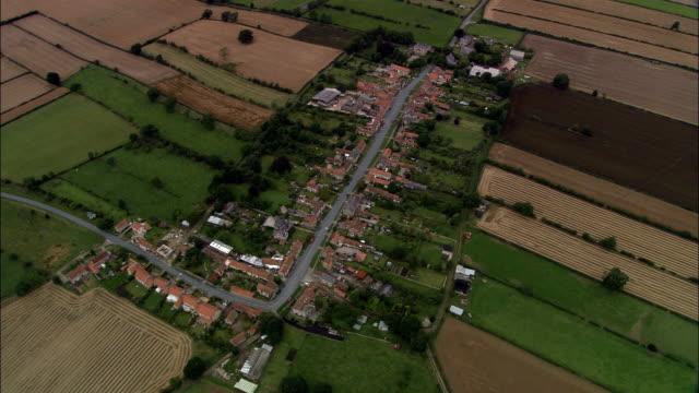 appleton le moors, villaggio medievale layout-vista aerea-inghilterra, north yorkshire, ryedale distretto, regno unito - appleton video stock e b–roll