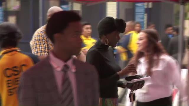vídeos de stock e filmes b-roll de ktla applicants line up outside stubhub center ahead of a job fair - feira de emprego