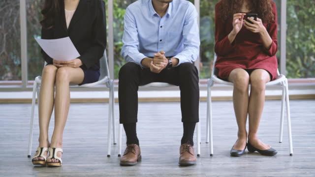 sökande sitter stolar förbereder och väntar på anställningsintervju - thailändskt ursprung bildbanksvideor och videomaterial från bakom kulisserna