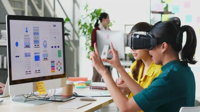 vr applikationstest, asiatisk man med virtual reality glasögon headset röra luft under vr-upplevelse, young asien manliga utvecklare möte med virtuell verklighet simulator applikationstest på kreativa kontor, ux, ui startup, småföretag koncept - sakernas internet bildbanksvideor och videomaterial från bakom kulisserna