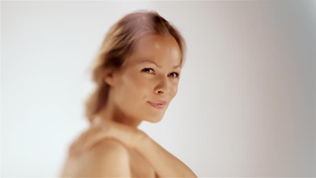 vídeos de stock, filmes e b-roll de a aplicação de uma loção corporal - dermatologia