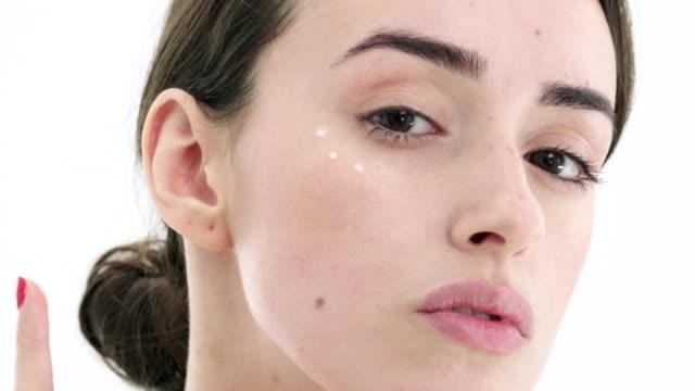 vídeos de stock e filmes b-roll de applying cream - mulher bonita