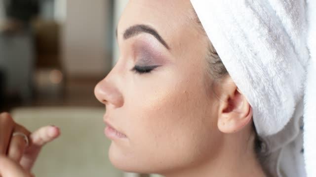 vídeos y material grabado en eventos de stock de aplicar maquillaje de ojos con pincel en la cara del modelo de concurso de belleza - concurso de belleza