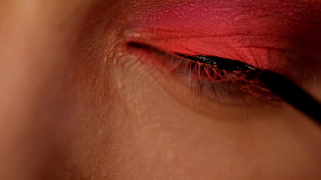 anwendung von eyeliner tutorial für damen - nur junge frauen stock-videos und b-roll-filmmaterial